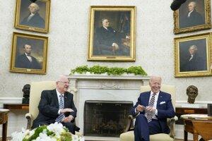 Joe Biden prijal v Bielom dome dosluhujúceho izraelského prezidenta Reuvena Rivlina (vľavo).