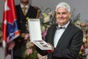 Pavol Čekan si preberá štátne vyznamenanie Rad Ľudovíta Štúra II. triedy za mimoriadne zásluhy v oblasti vedy, najmä v oblasti vývoja a výroby testov na vírus SARS-CoV-2.