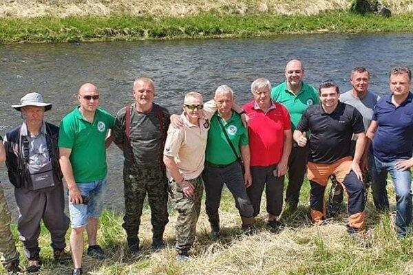 Miestni rybári v spolupráci smestom apodporou primátora zarybňovali Hron.