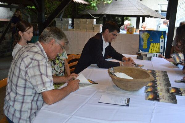 Autori počas autogramiády.