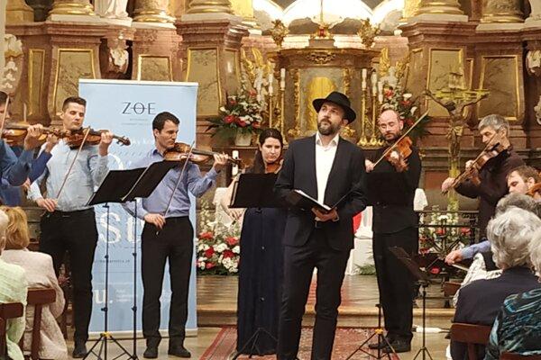 Nitriansky komorný orchester ZOE spolu so spevákom Jurajom Adamuščinom.