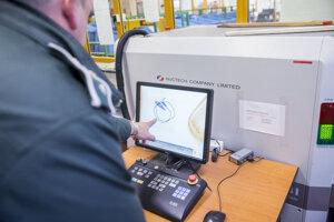 Skener colnej správy na pošte kde kontrolujú balíky z tretích krajín.