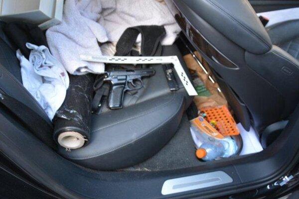 Túto zbraň našli policajti v aute.