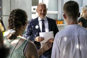 Minister školstva Branislav Gröhling odovzdal vysvedčenia žiakom Základnej školy s materskou školou pre deti a žiakov so sluchovým postihnutím na Drotárskej ceste v Bratislave.