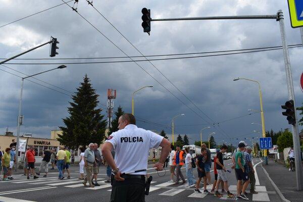 Blokáda priechodu na Vranovskej ulici v Prešove.