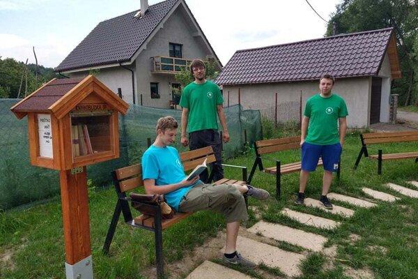 Bratia Hlaváčovci aJán Benko vybudovali aj túto oddychovú zónu vo Svrčinovci.