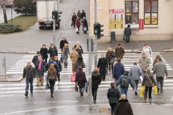 Priechod pre chodcov v centre Nitry. Podľa dopravnej polície je osvetlený dostatočne. Na viacerých nitrianskych priechodoch ale navrhli intenzívnejšie svetlo.