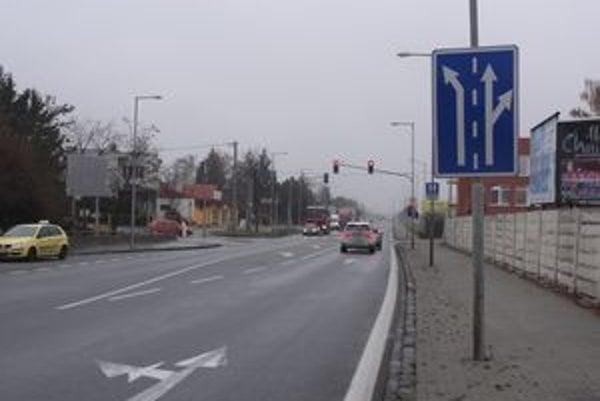 Na Ulici Esterházyovcov chýba dopravná značka, ktorá by upozorňovala vodičov nákladných áut, aby neodbočovali do prava.