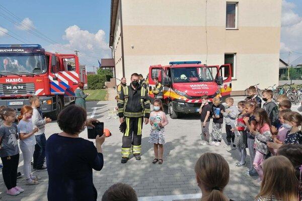 Hasiči s deťmi nacvičujú evakuáciu každý rok.