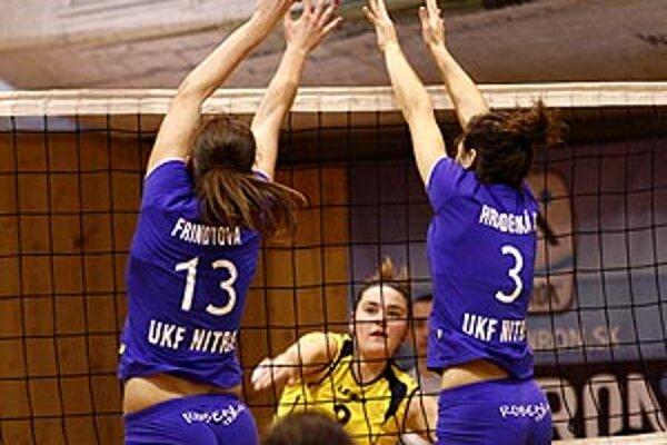 Hráčky UKF (v modrom) splnili rolu favorita.