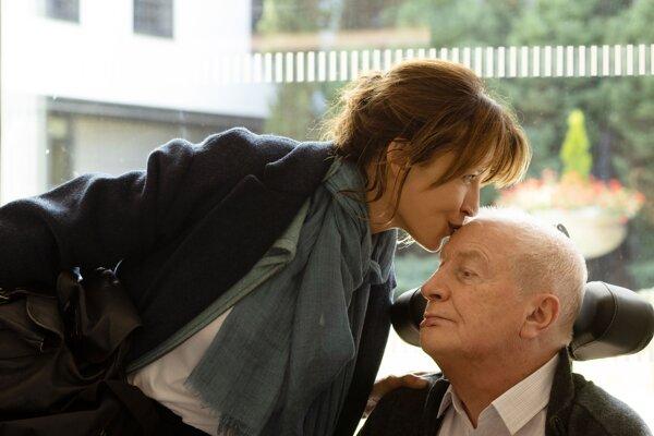 Sophie Marceau a André Dussolier vo filme Všetko dobre dopadlo.