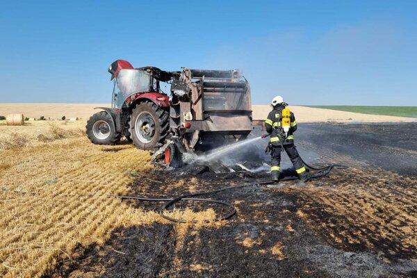 Hasiči zasahujú pri požiari pracovného stroja a pola v obci Veľký Lapáš.