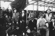 Čechoslováci na stanici v Podvoločisku na hranici zo Sovietskym zväzom. Medzi rokmi 1925 až 1932 ich do Kirgizska odišlo viac ako tisíc.