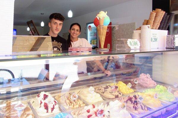Prácu so zmrzlinou si osvojuje aj ďalšia generácia. Majiteľovi prevádzky pomáha syn Amir.