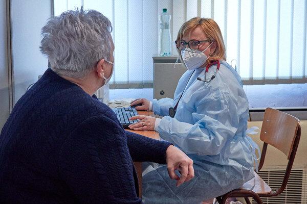 Lekárka Andrea Baníková sa aktívne podieľa na očkovaní proti ochoreniu Covid-19.