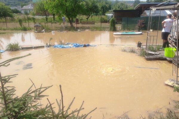 Voda zaplavila v Malom Šariši celé záhrady.