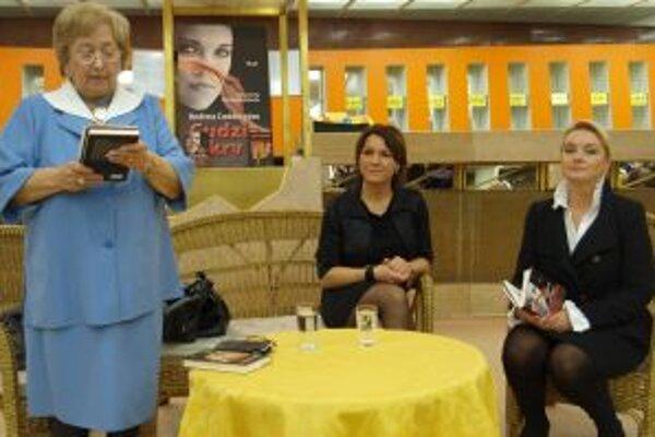 Zľava Eva Ruthová, predsedníčka LKJJ, autorka Andrea Coddington a herečka DAB Eva Pavlíková, ktorá prečítala uryvok z knihy Cudzia krv.