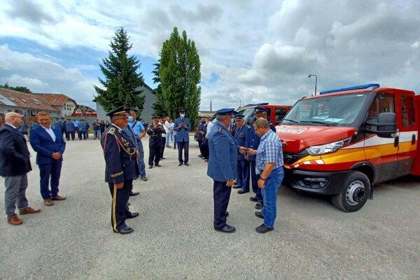 Zástupcovia Dobrovoľného hasičského zboru časti Diviaky vTurčianskych Tepliciach si nedávno vŽiline prebrali nového pomocníka.
