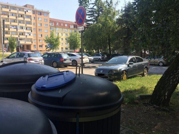 Passat parkoval v križovatke, pri zákazovej značke a v rezidentskej zóne. Mestskí policajti si však všimli koleso na zeleni. Preto ho neodtiahli.