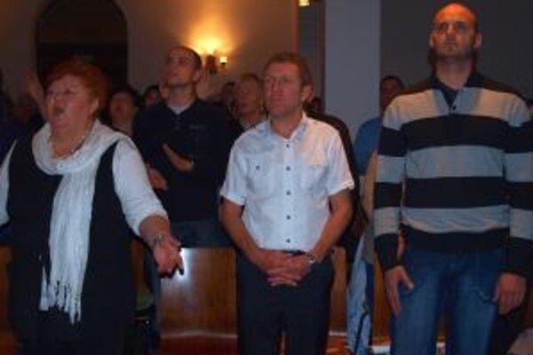 Werner Oder (uprostred) na večere chvál v synagóge.