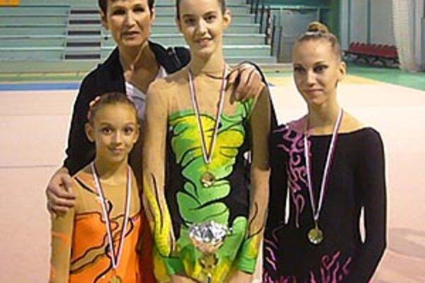 Zľava F. Sýkorová, trénerka Ľ. Kilianová, X. Kilianová, A. Ivaničková.