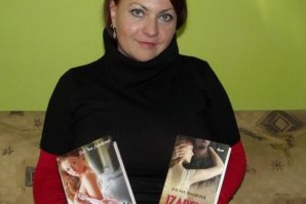 Eva Ava Šranková s obomi mutáciami svojej knihy o Izabele.