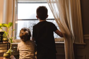 Kedy je ten vhodný čas, nechať deti prvýkrát samé doma?