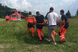 Zásah leteckých záchranárov na automobilových pretekoch.