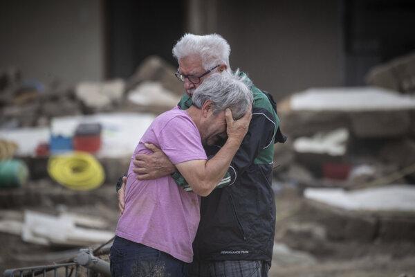 Bratia plačú v devastovanom meste Altenahr.