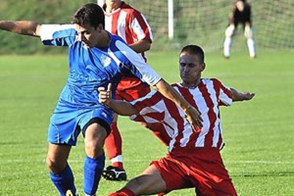Momentka z duelu 6. kola MRZ V. Ludince - Gabčíkovo (0:0). V modrom Kubovič, vzadu Horniak, vpravo Števko.
