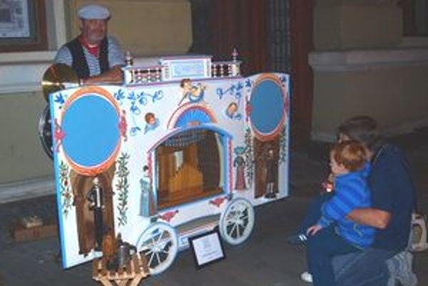 Kľukou flašinetu krútil Ivan Gontko. Zázračná skrinka zaujímala hlavne deti.