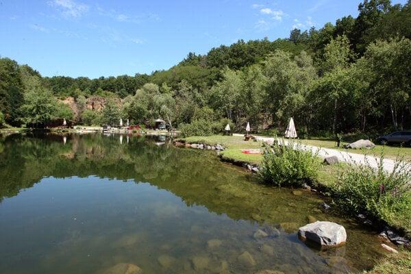 Neďaleko Devičia sa nachádza malý jamový lom, využívajú ho na kúpanie.