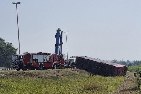 Autobus bol v čase nehody plný a bolo v ňom viac ako 60 ľudí.
