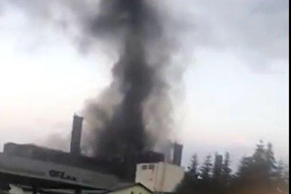 Nad výrobnou halou sa vznášal vysoký stĺp hustého čierneho dymu.