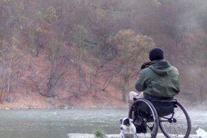 Verným spoločníkom rybára je jeho pes.