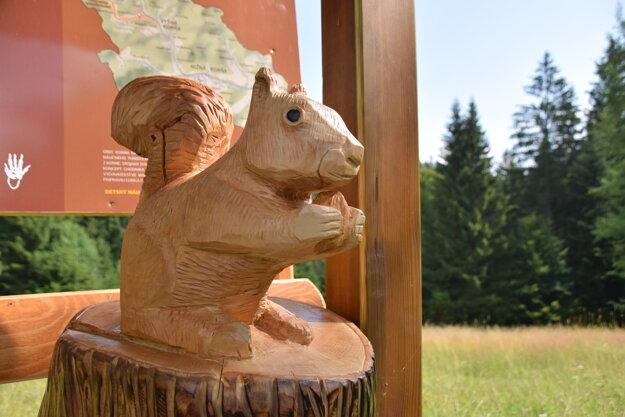 Plastiky vyrezal miestny umelec, rodák z Korne Jozef Chrenšč.