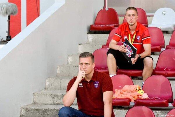Tréner Zlatomoravčanov Ľuboš Benkovský (dole) a jeho nový asistent Erik Havrila.