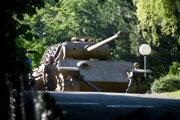 Na archívnej snímke z 2. júla 2021 bojový tank Panther je pripravený na prepravu z pozemku vily v nemeckej obci Heikendorf.