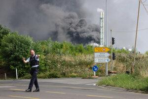 Policajt riadi dopravu v blízkosti chemického závodu, v areáli ktorého došlo k mohutnej explózii v nemeckom meste Leverkusen.