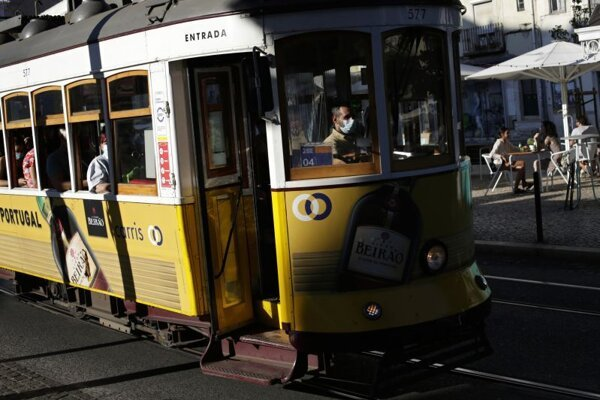 Cestujúci s rúškami v električke v Lisabone.