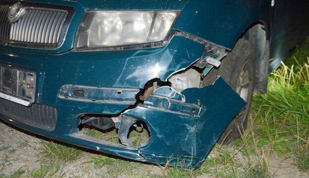 Auto poškodil náraz do smetného koša.