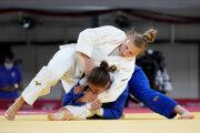 Martyna Trajdosová (v bielom) počas zápasu proti Maďarke Szofi Özbasovej na OH Tokio 2020 / 2021.