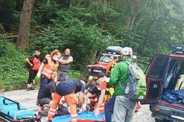 Po páde z kolobežky zachraňovali 12-ročného chlapca.