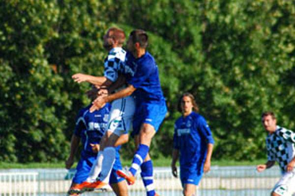 V pozadí za hlavičkovým súbojom strelec prvého gólu Mujkoš.