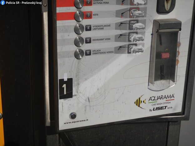 Poškodený ovládací panel samoobslužnej autoumyvárne.