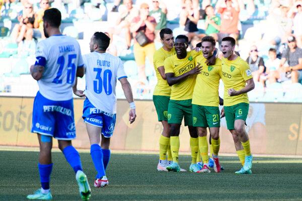 Ján Bernát (druhý sprava) strelil nádherný vyrovnávajúci gól na 1:1.