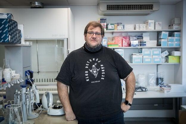 Molekulárny biológ a prednosta Ústavu molekulárnej biomedicíny Peter Celec.