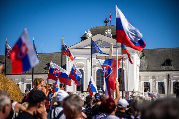 Účastníci protestného zhromaždenia proti opatreniam vlády.