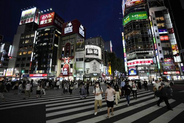 Večerné Tokio je plné ľudí.