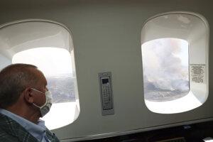 Prezident Recep Tayyip Erdogan pozoruje požiare z lietadla.